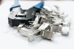 Voorbereiding voor installatie van het netwerk Het beeld toont plooiende hulpmiddel en schakelaars rj-45 8P8C royalty-vrije stock afbeeldingen