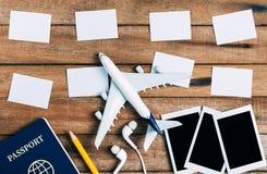 Voorbereiding voor Reizend concept en om lijst, genoteerd document te doen, vliegtuig, fotokader, oortelefoon, potlood, paspoort Stock Afbeelding