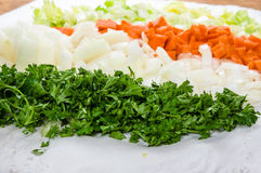 Voorbereiding voor soep met wortelen, uien en selderie Royalty-vrije Stock Afbeeldingen