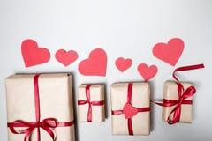 Voorbereiding voor Valentine-dag met giftdozen, rood lint en hij Royalty-vrije Stock Fotografie