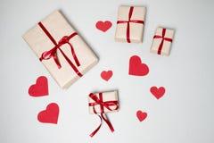 Voorbereiding voor Valentine-dag met giftdozen, rood lint en hij Stock Foto's