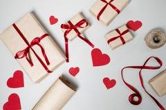 Voorbereiding voor Valentine-dag met giftdozen, rood lint en hij Royalty-vrije Stock Foto