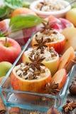 Voorbereidingen getroffen voor baksel gevulde appelen in een glasvorm, hoogste mening Royalty-vrije Stock Foto
