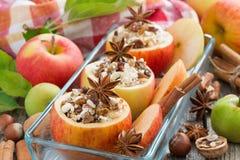 Voorbereidingen getroffen voor baksel gevulde appelen in een horizontale glasvorm, Stock Afbeelding