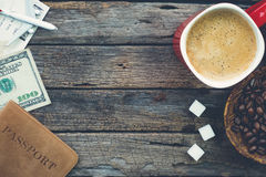 Voorbereidingen treffend om met koffie, koffiebonen, suikerkubussen, pas te reizen royalty-vrije stock fotografie
