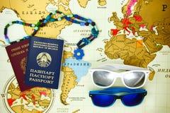Voorbereidingen treffend voor reis, paspoort en zonglasesclose-up Stock Foto's