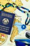 Voorbereidingen treffend voor reis, paspoort en zonglasesclose-up Royalty-vrije Stock Foto's