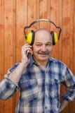 Voorbereidingen voor bouwwerkzaamheid bij hun de zomerplattelandshuisje De bouwer raadpleegt telefonisch de leider Stock Foto