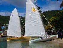 Voorbereidingen voor een ras die traditionele Caraïbische rubberboten met behulp van Royalty-vrije Stock Foto's