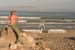 Voorbereidingen voor een strandhuwelijk in Boesmanland Plaaskombuis binnen royalty-vrije stock afbeelding