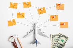 Voorbereidingsnetwerk voor Reizend concept, duwspeld, potlood, horloge, geld, dollar, koord, genoteerd document Stock Foto