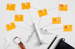 Voorbereidingsnetwerk voor Reizend concept, duwspeld, potlood, horloge, oortelefoon, koord Royalty-vrije Stock Fotografie