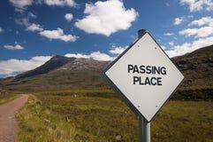 Voorbijgaande Plaatsverkeersteken in een smalle landweg in de Hooglanden van Schotland, het Verenigd Koninkrijk Stock Foto's