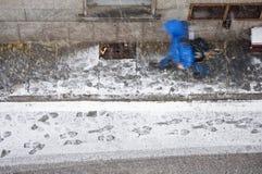 Voorbijganger in sneeuw Stock Fotografie