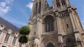 Voorbuitenkant van kathedraal in Lisieux, Normandië Frankrijk, SCHUINE STAND stock videobeelden