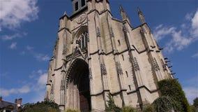Voorbuitenkant van kerk in Lisieux, Normandië Frankrijk, SCHUINE STAND stock video