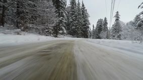 Voorcamera opgezet op auto in de winter stock footage