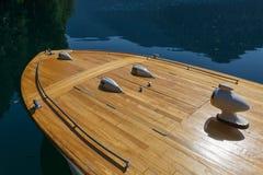 Voordeel van een zeldzaamheids houten boot tegen de achtergrond van het duidelijke water van het meer Stock Foto