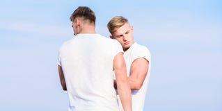 Voordelen en nadelen van het hebben van identieke tweelingbroer Vriendschap en steun Broers van mensen de spiertweelingen in wit stock afbeelding