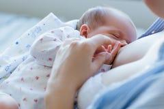Voordelen om voor pasgeborenen de borst te geven stock fotografie