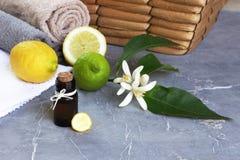 Voordelen van citroenetherische olie Stock Afbeeldingen
