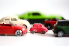 Voordelen van kleine auto's met veelvoudige stuk speelgoed auto's op witte achtergrond royalty-vrije stock foto's