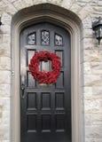 Voordeur met de decoratie van Kerstmis stock foto