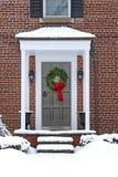 Voordeur met Kerstmiskroon royalty-vrije stock foto's