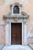 Voordeur van een middeleeuwse kerk Stock Fotografie