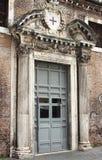 Voordeur van een middeleeuwse kerk Royalty-vrije Stock Foto's