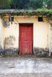 Voordeur van oud Chinees huis Stock Fotografie