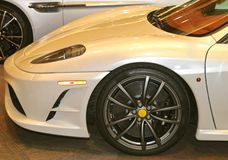 Vooreind van een Exotische Sportwagen van Pearl White Ferrari Stock Fotografie
