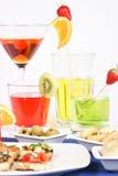 Voorgerecht en gekleurde aperitiefdranken Royalty-vrije Stock Afbeeldingen