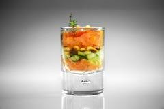 Voorgerecht in glas met zalm royalty-vrije stock afbeelding