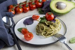 Voorgerecht Italiaanse deegwaren met pesto en kersentomaten stock afbeeldingen