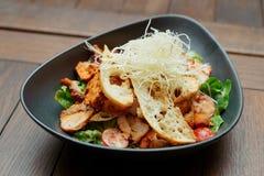 Voorgerecht met geroosterde kip, kaas en croutons royalty-vrije stock afbeelding