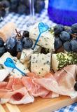 Voorgerecht met kaas, ham en druif stock afbeeldingen