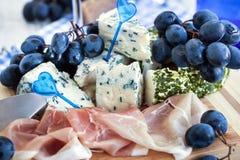 Voorgerecht met kaas, ham en druif stock afbeelding