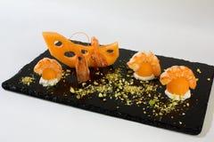 Voorgerecht met meloen, garnalen, room en geraspte pistaches Royalty-vrije Stock Foto