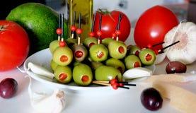 Voorgerecht met olijven, tomaat, avocado, knoflook en reuzel royalty-vrije stock fotografie