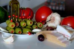 Voorgerecht met olijven, tomaat, avocado, knoflook en reuzel royalty-vrije stock foto