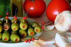 Voorgerecht met olijven, tomaat, avocado, knoflook en reuzel royalty-vrije stock afbeeldingen
