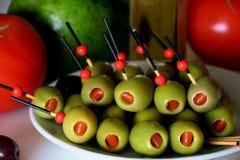Voorgerecht met olijven, tomaat, avocado, knoflook en reuzel stock foto's
