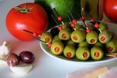 Voorgerecht met olijven, tomaat, avocado, knoflook en reuzel stock afbeeldingen