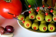 Voorgerecht met olijven, tomaat, avocado, knoflook en reuzel stock afbeelding