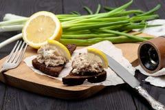 Voorgerecht op zwart roggebrood, Joodse forshmak stock fotografie