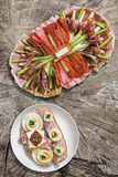 Voorgerecht Smakelijke die Schotel met het Ei Gammon van de Baconkaas en Tomatensandwich op Oude Houten Picknicklijst wordt gepla Stock Foto