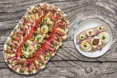 Voorgerecht Smakelijke die Schotel met het Ei Gammon van de Baconkaas en Tomatensandwich op Oude Houten Tuinlijst wordt geplaatst Royalty-vrije Stock Afbeeldingen