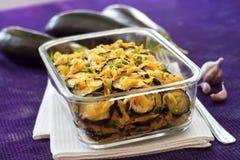 Voorgerecht van gebraden en gemarineerde aubergine met ui en wortel stock afbeeldingen