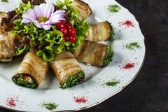 Voorgerecht van gevulde aubergine met gezouten die zalm met sla en bloem wordt verfraaid stock afbeelding